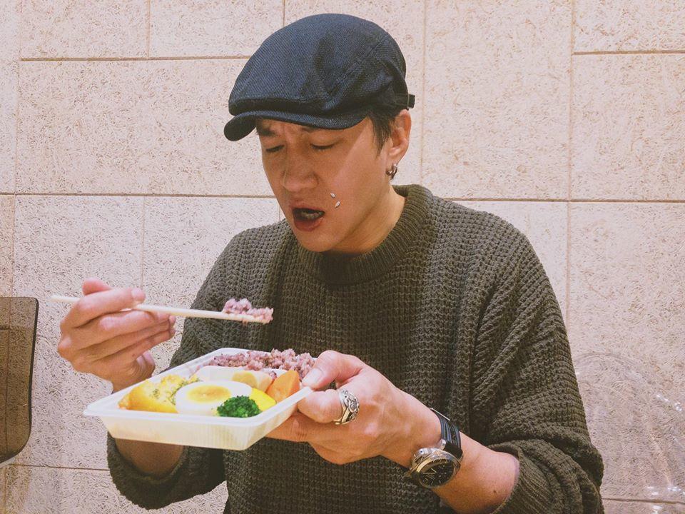 何潤東發吃便當照自嘲。圖/摘自臉書