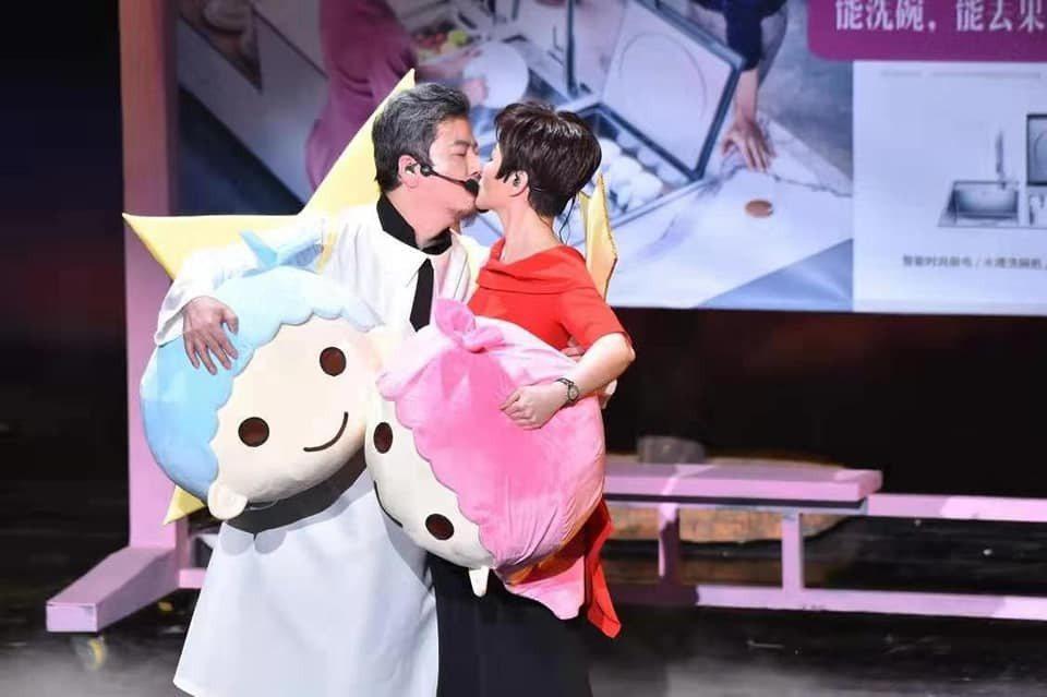 黃國倫(左)和寇乃馨開心慶祝結婚10周年。圖/寇乃馨臉書