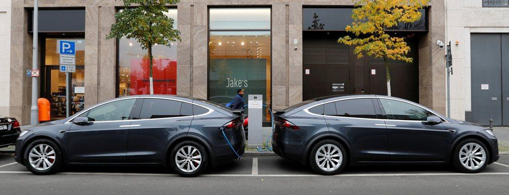 特斯拉在德國的超級工廠,目標每年生產50萬輛電動車。圖為特斯拉Model X在柏...