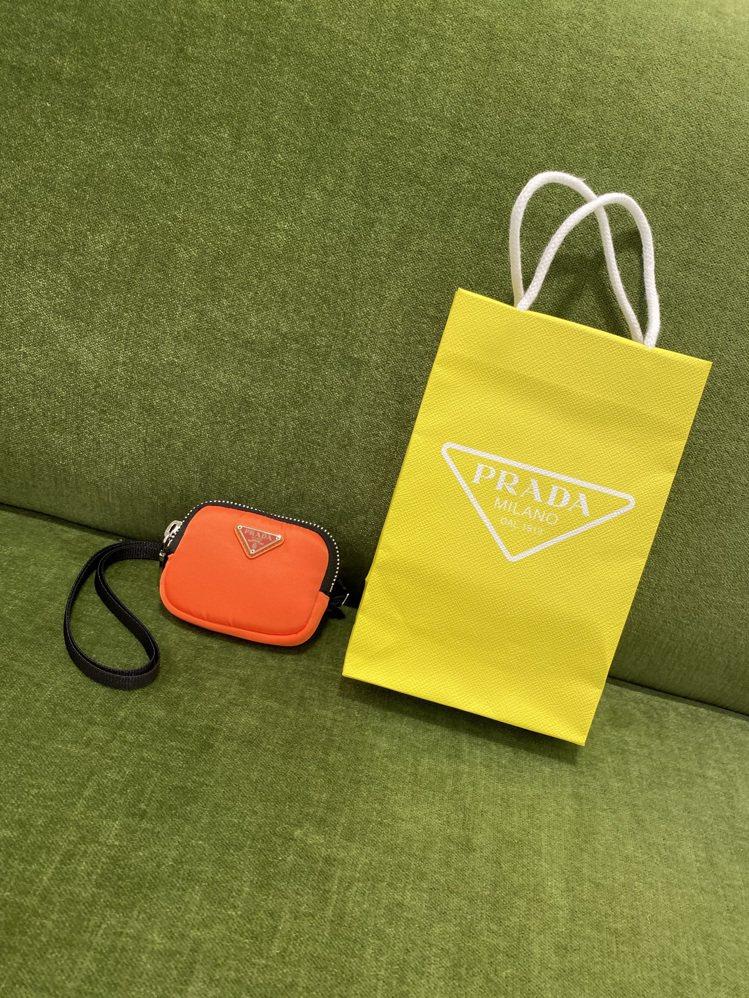 PRADA ESCAPE商品搭配專屬的黃色購物袋。記者吳曉涵/攝影