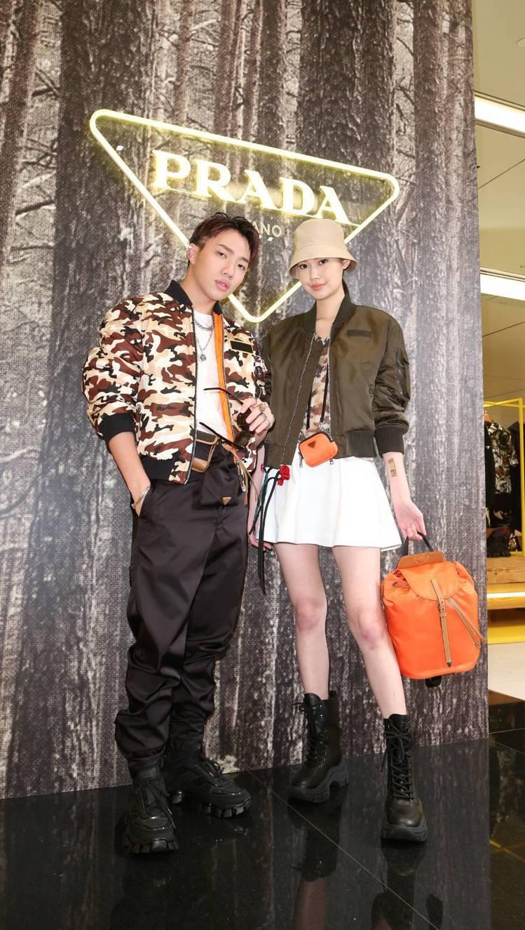 OZI穿迷彩印花外套88,500元,黑色尼龍長褲29,500元,白色T恤(三件一...