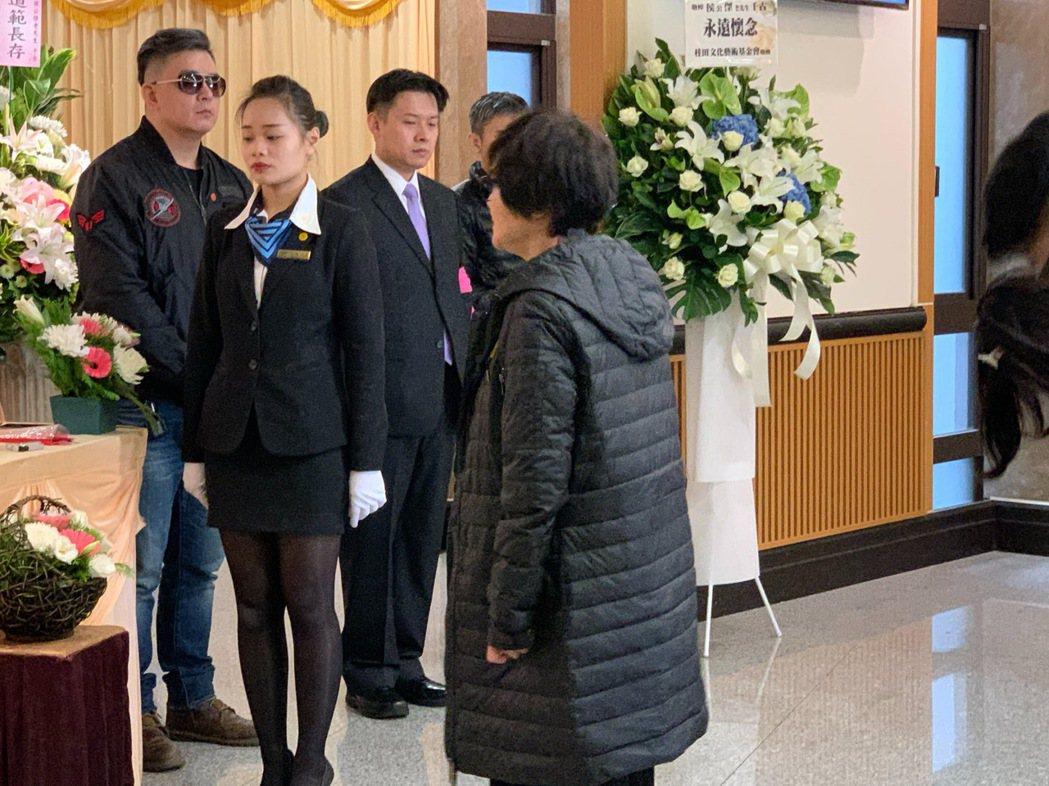 侯傑的兒子(左)返台參加父親告別式。記者陳慧貞/攝影