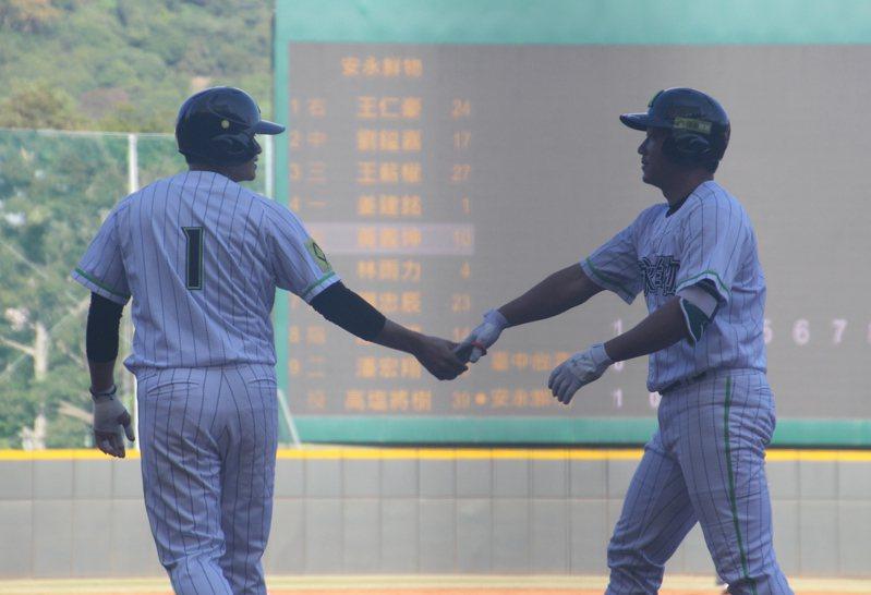黃義坤(右)轟出滿貫全壘打,與隊友姜建銘(左)擊掌。記者葉姵妤/攝影