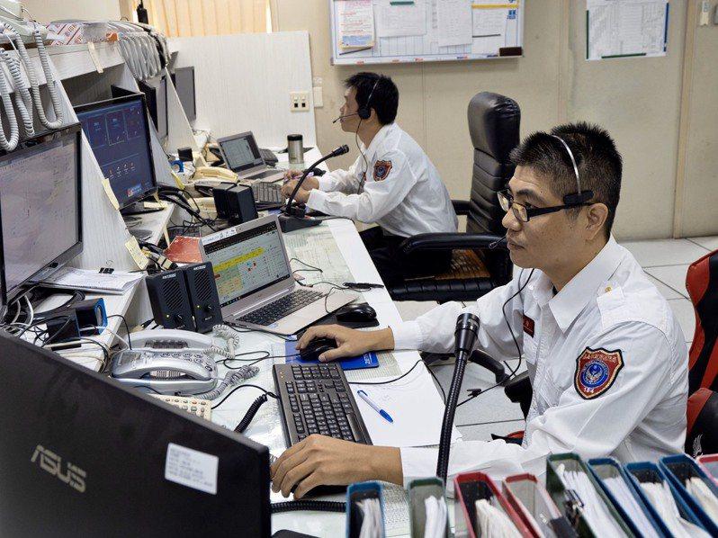 嘉義市消防局指揮中心隊員蔡明環(右),獲選全國優秀執勤員。圖/嘉義市消防局提供