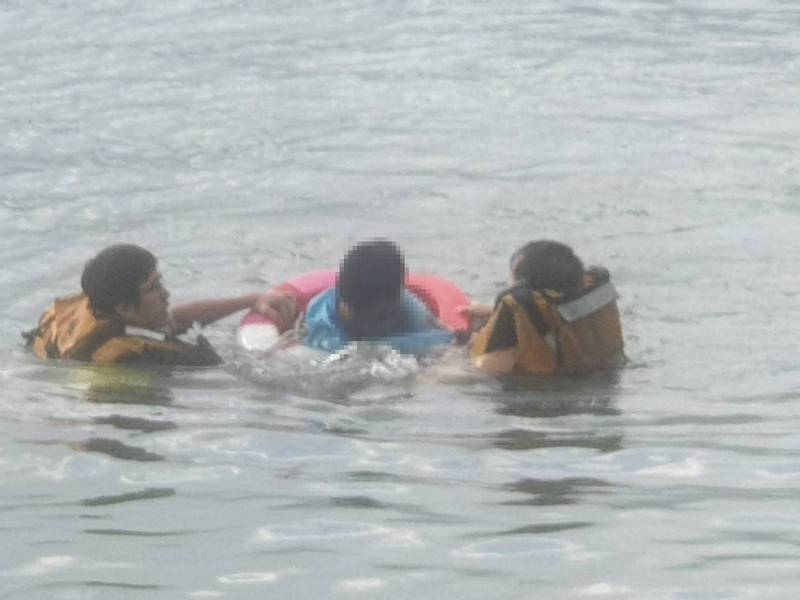 消防隊員下水救少年上岸。記者林昭彰/翻攝