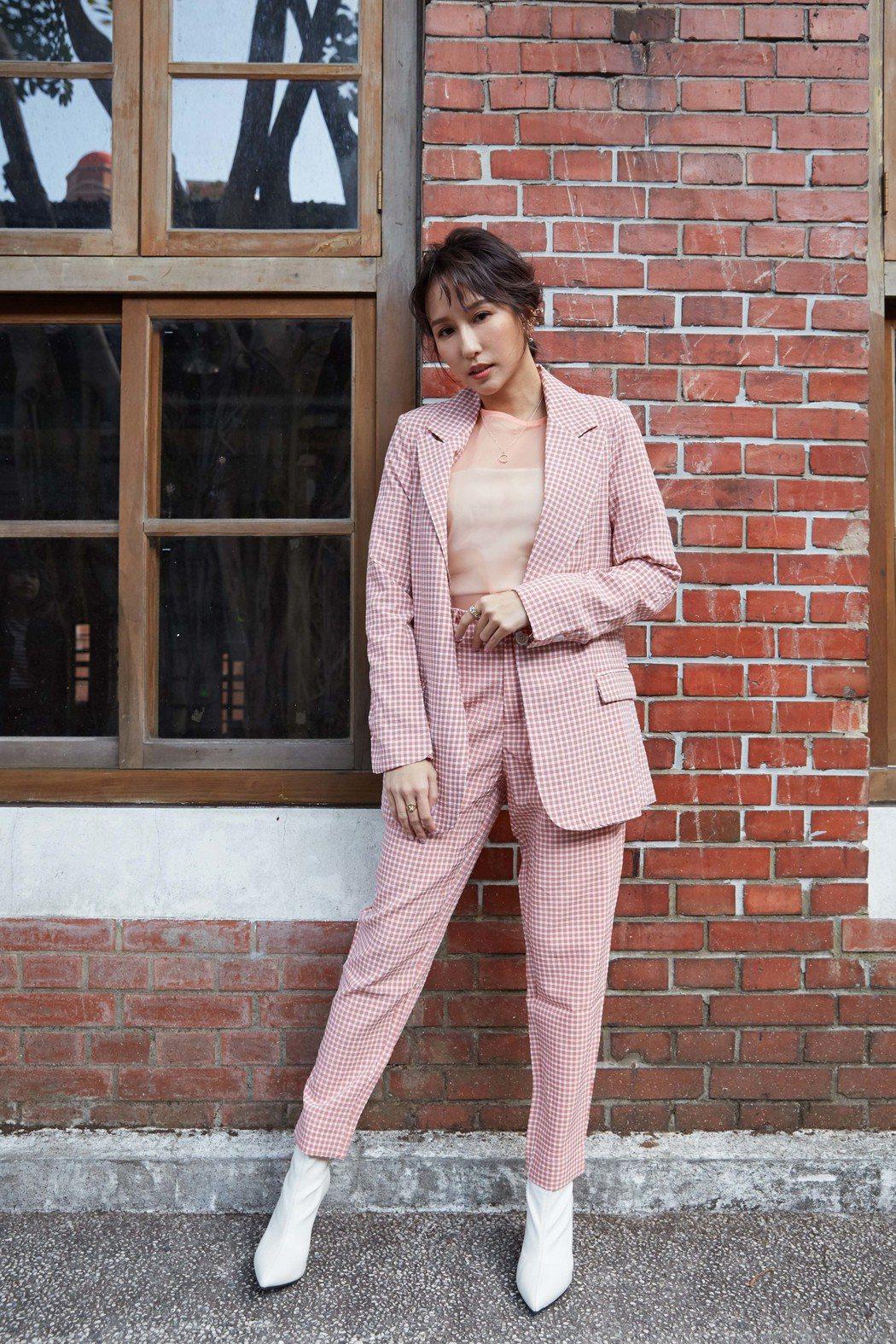 空姐出身的潘嘉麗,最近又推出全新單曲「POSE」。圖/華納音樂提供
