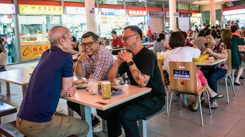 庫克到新加坡傳統市場早餐。(圖/取自庫克的推特)