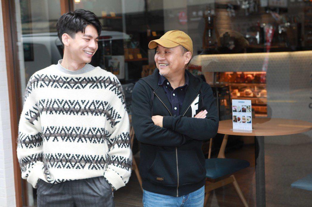 導演鄭文堂(右)、林柏宏為「鏡子森林」宣傳。圖/公視提供