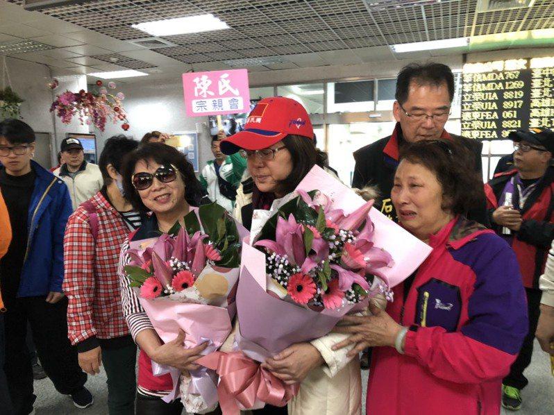 立委陳玉珍昨天在母親與助理的陪同下,搭飛機返回金門,但看起來還是很虛弱。記者蔡家蓁/攝影