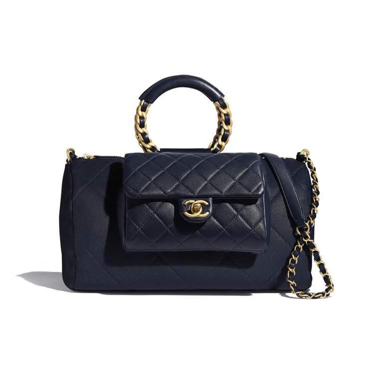 海軍藍保齡球包,17萬1,800元。圖/香奈兒提供