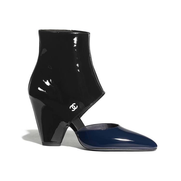 海軍藍雙色粗跟踝靴,43,500元。圖/香奈兒提供