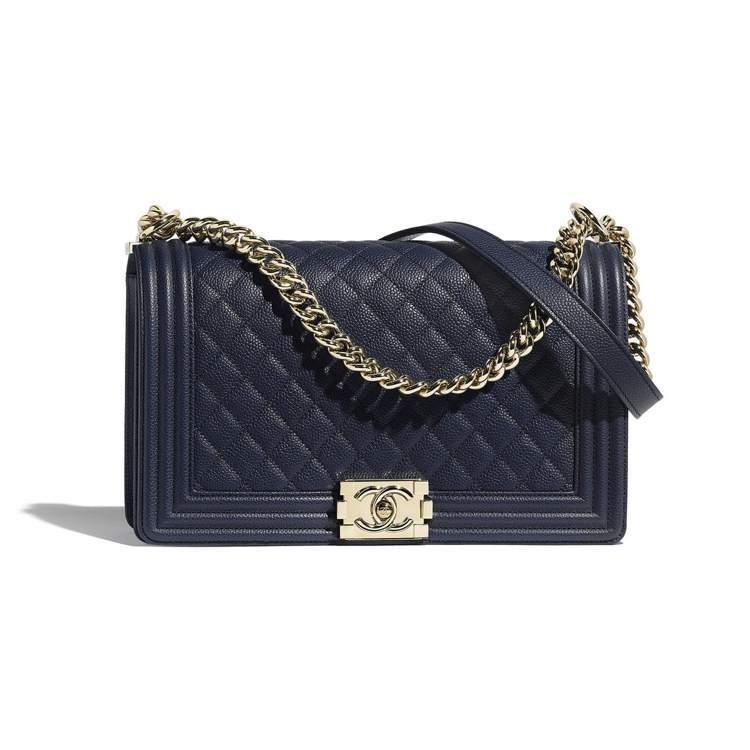 海軍藍Boy Chanel大型口蓋包,18萬100元。圖/香奈兒提供