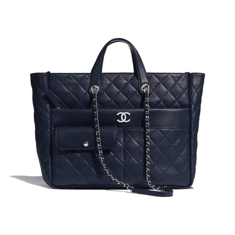 海軍藍大型拉鍊購物包,15萬5,500元。圖/香奈兒提供
