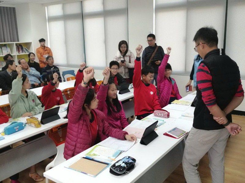 苗栗縣後龍鎮公所為鎮內12所國中、小學爭取設置「智慧教室」,透過75吋互動型電視,學生可利用平板,將作業、學習單直接與電視螢幕連結。圖/外埔國小提供