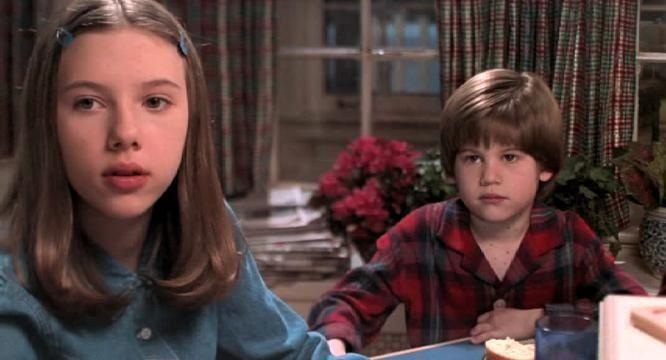 思嘉莉約翰森與艾力克斯林茲演出「小鬼當家3:壞消息」。圖/翻攝自YouTube
