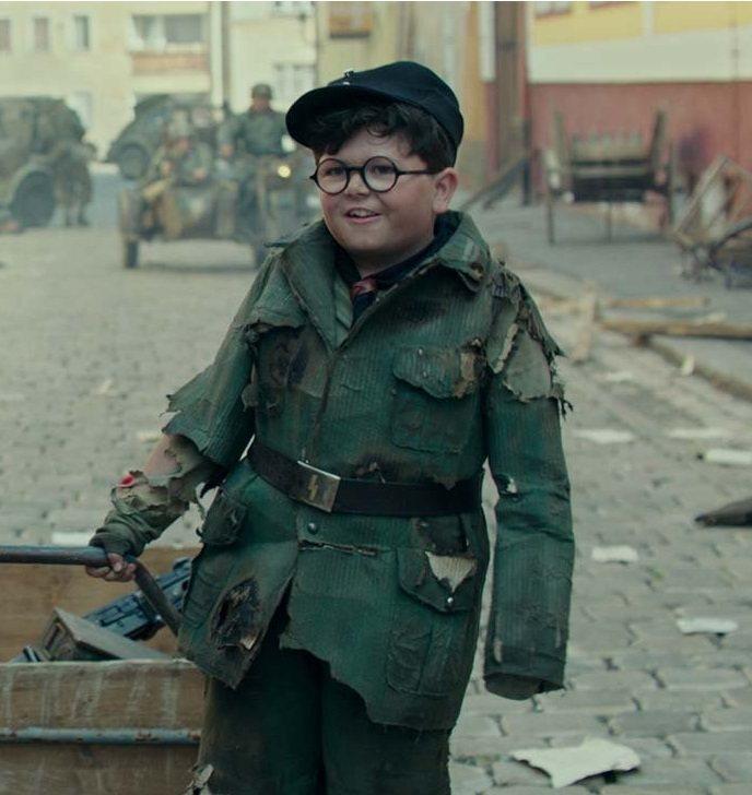 亞契葉慈在「兔嘲男孩」中憨厚的樣子很可愛。圖/摘自imdb
