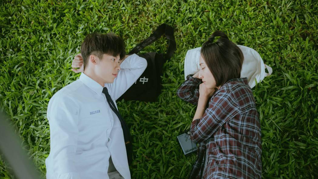 許光漢(左)、柯佳嬿在「想見你」戲中,粉紅浪漫戲不少。圖/衛視中文台提供