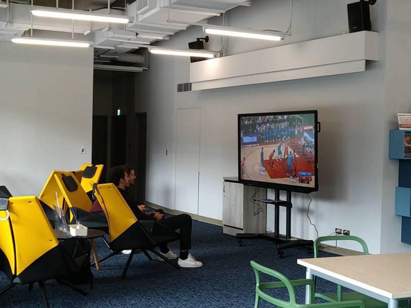 政治大學新開幕的「達賢圖書館」今天在官方網站宣布,即日起開放「PS4」遊戲體驗。圖/翻攝自政大圖書館臉書