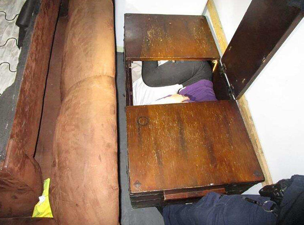 藏身櫃子內的中國偷渡客。美聯社