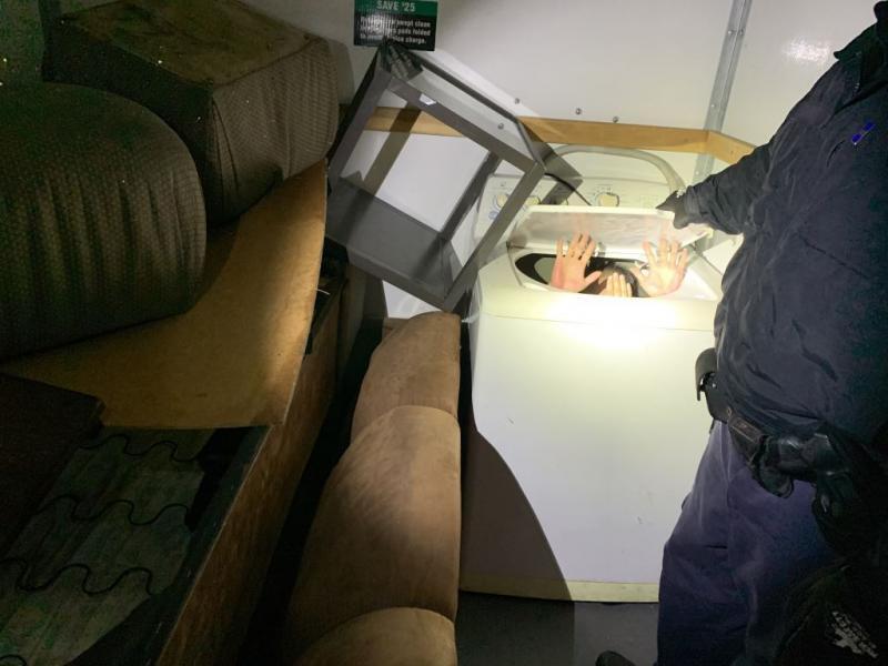 圖為一名藏於洗衣機內的中國偷渡客。圖取自CBP官網