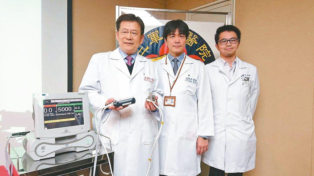 三總從去年10月至今,院長蔡建松(左起)及心臟血管外科主治醫師許博順、楊翔宇已執...