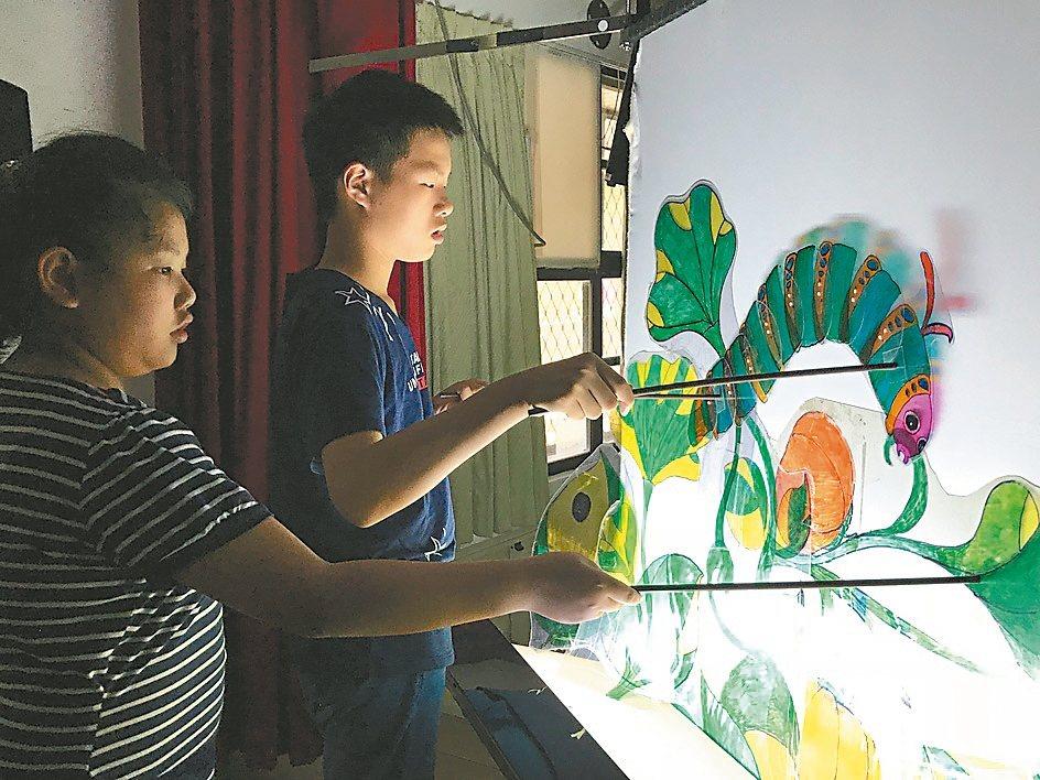 東山國小深耕皮影戲近30年,找來藝師蕭如訓傳授技藝。 圖/東山國小提供
