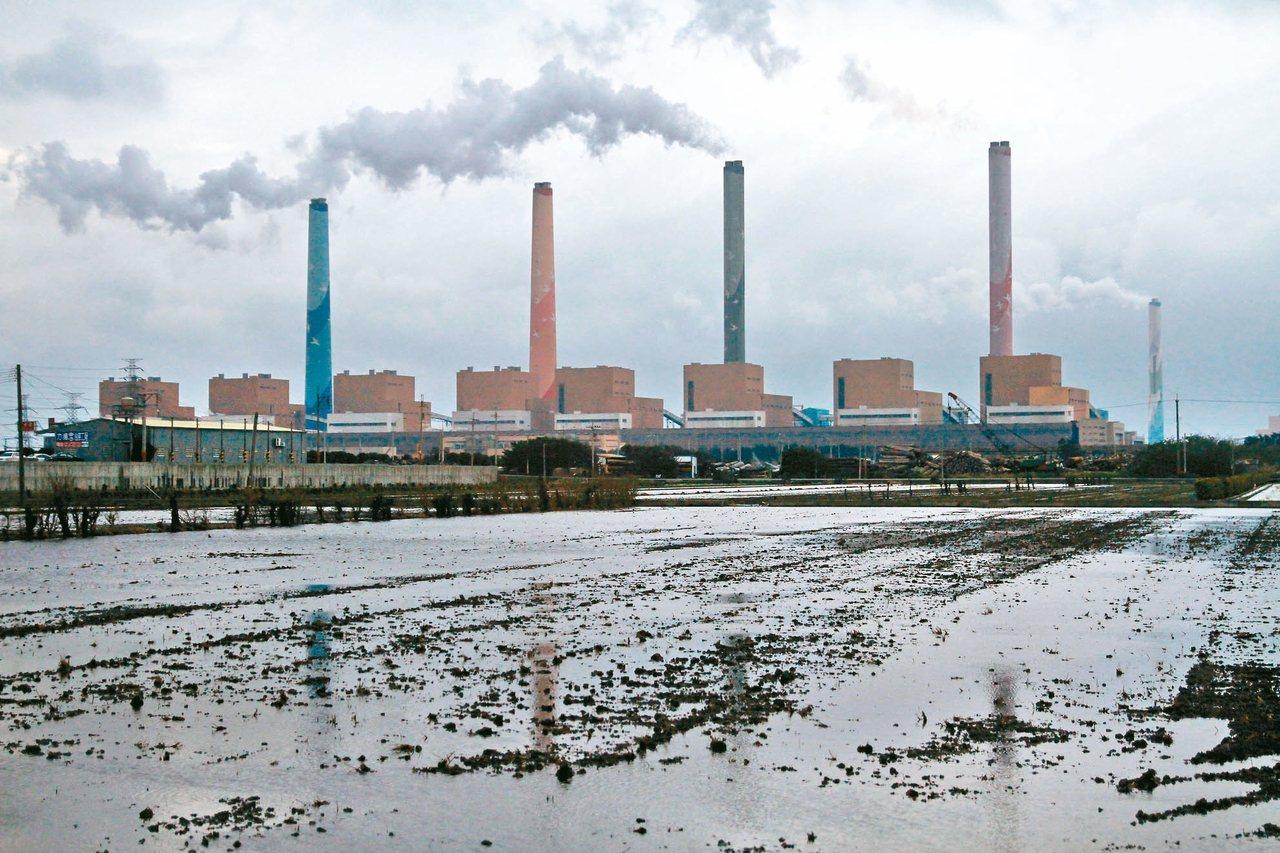德國看守等環團公布今年氣候變遷績效指標,台灣倒數第三名。圖為台中火力發電廠。 圖...