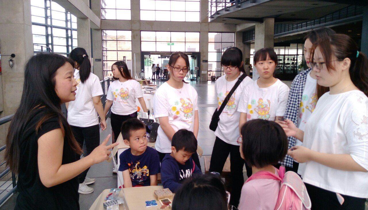 鶯歌工商教師陳上瑜(左1)榮獲教學傑出獎,她表示最開心的莫過於讓學生愛上藝術,也...