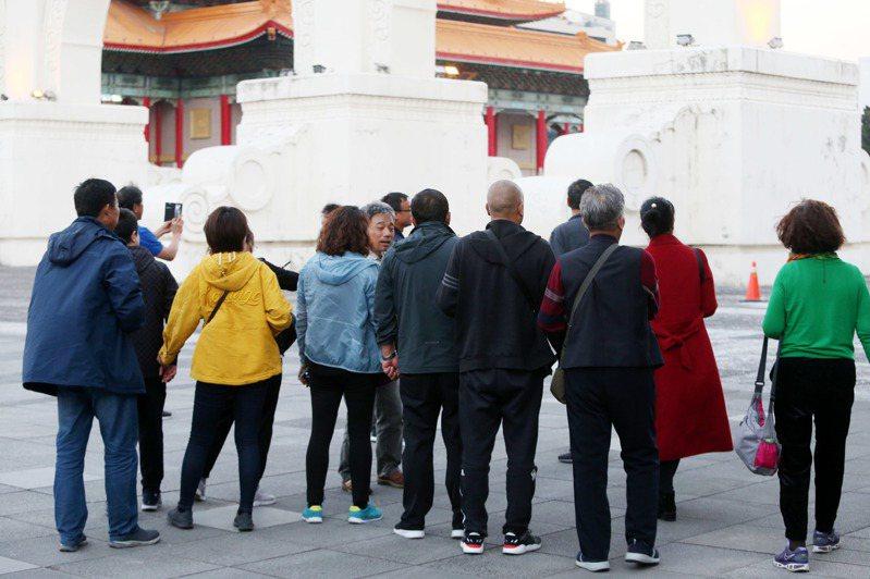 陸客團成員昨天到台北市自由廣場參觀。記者邱德祥/攝影