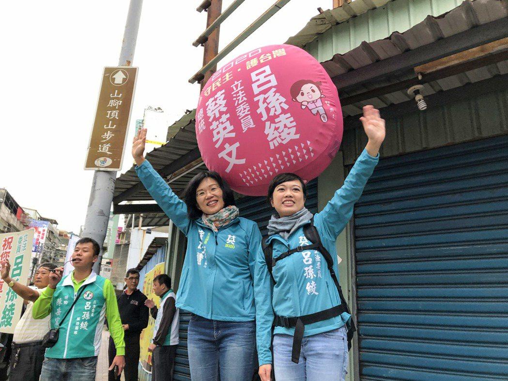 立委呂孫綾(右)經常背氣球在路口拜票、掃街。 圖/聯合報系資料照片