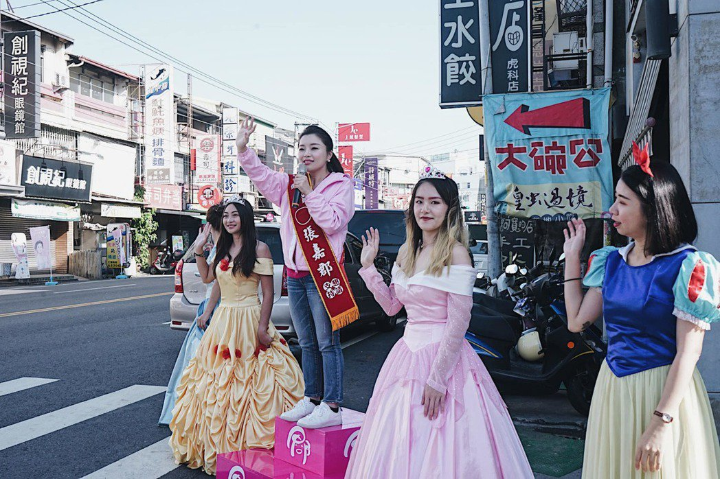國民黨雲林海線立委參選人張嘉郡(中),讓競選團隊4位秘書打扮成公主,造型吸睛引起...
