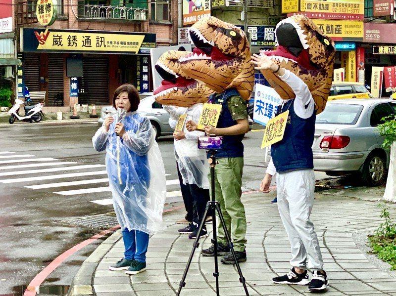 國民黨基隆市立法委員參選人宋瑋莉,常帶著象徵「龍好運」的恐龍吉祥物拜票。 記者吳...