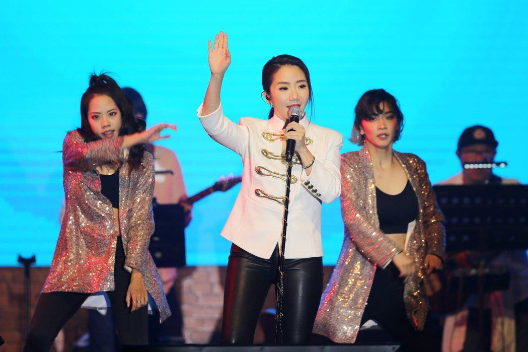 PChome舉辦雙12演唱會,請來陶晶瑩率4名dancer現身舞台,一開場就以W...