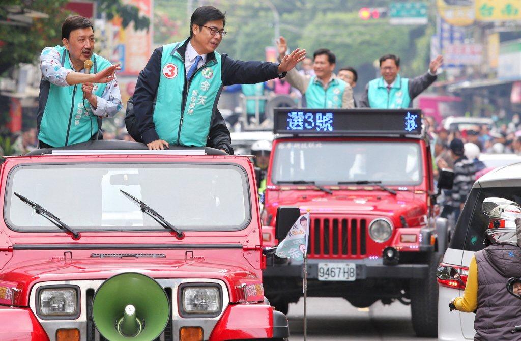 交通部長林佳龍(後左)、行政院副院長陳其邁(前右)會不會角逐2024大選,也成話...