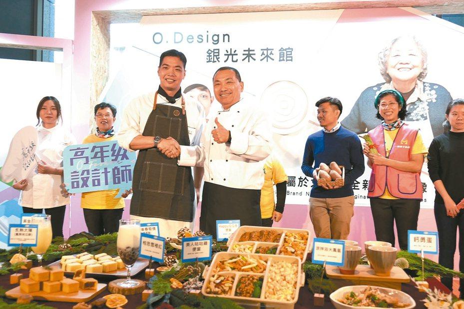 新北市長侯友宜(中)上午出席青銀共創餐食設計成果發表會,並進行「授裙議式」。 圖/新北市政府提供