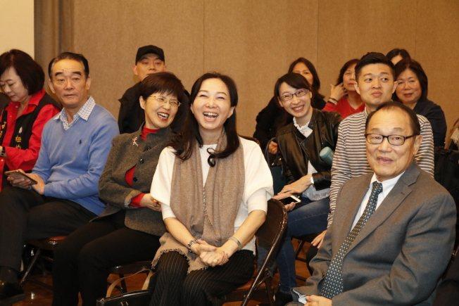 李佳芬(右二)參訪世報,互動熱烈。右一為世報副董事長李厚維。(記者呂賢修/攝影)