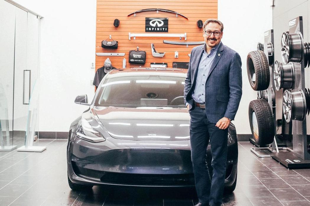 社布魯克市長史蒂夫·路西耶與愛車Tesla Model 3。 圖/摘自Infin...