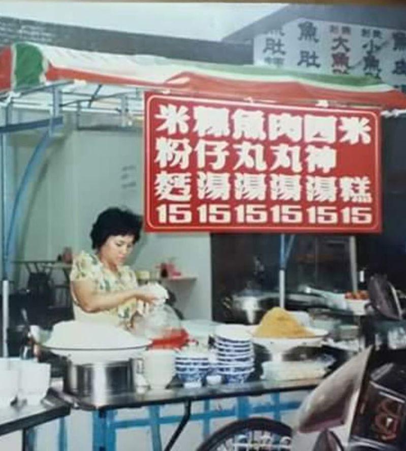 一名網友po出一張照片,照片中一個小攤販有張紅色價目表,竟全部均一價15元,讓許多網友紛紛直呼,「物價回不去了」。圖截自「爆怨公社」