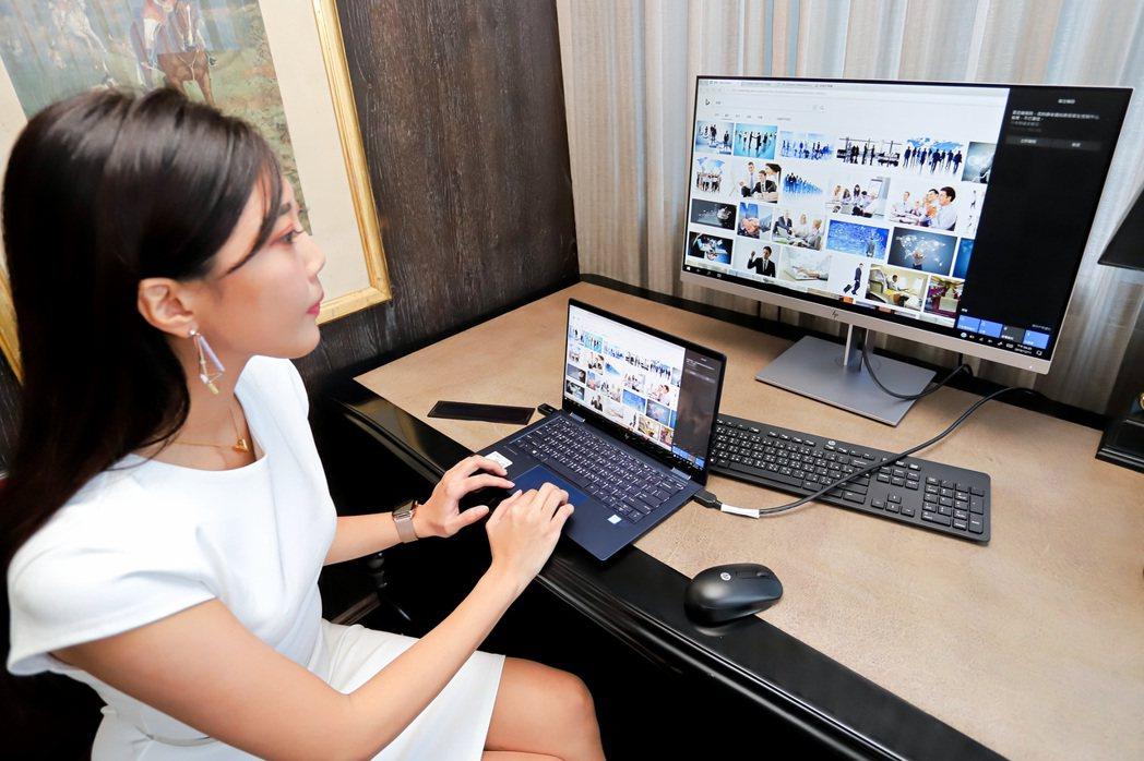 HP ELITE DragonFly配合外接螢幕可延續桌上操作體驗。 彭子豪/攝...