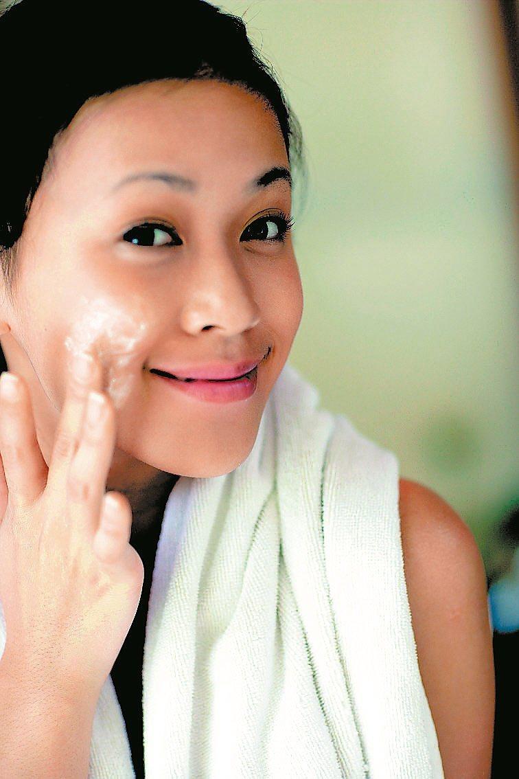 氣溫下降,不少人皮膚乾癢,原因是肌膚保養不當。 圖/本報資料照片