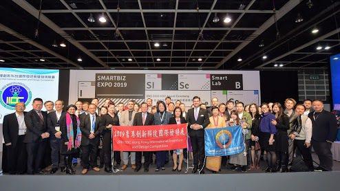 香港展獲獎人合影。 中華創新發明學會/提供。