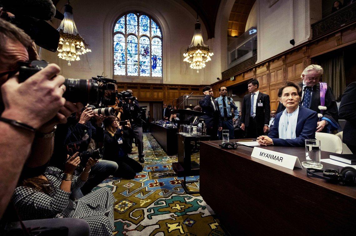 翁山蘇姬向庭上表示,緬甸處於嚴重的內部武裝衝突,兩軍交火下才導致穆斯林逃往孟加拉...