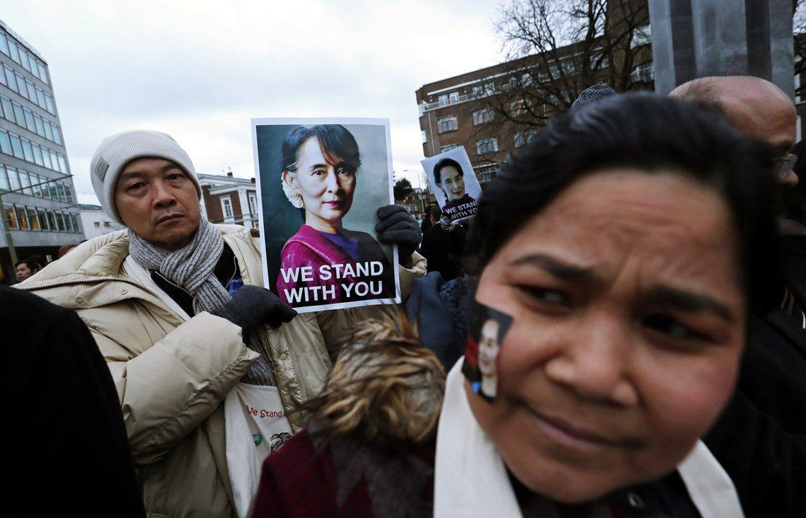 「與你同在!」支持者場外聲援翁山蘇姬,站上ICJ為「國家利益」辯護。 圖/路透社