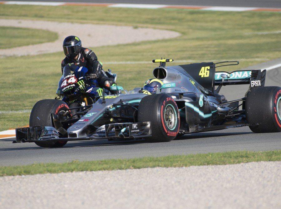 Rossi與Hamilton互換車輛進行了一天的賽道日。 圖/Monsteren...