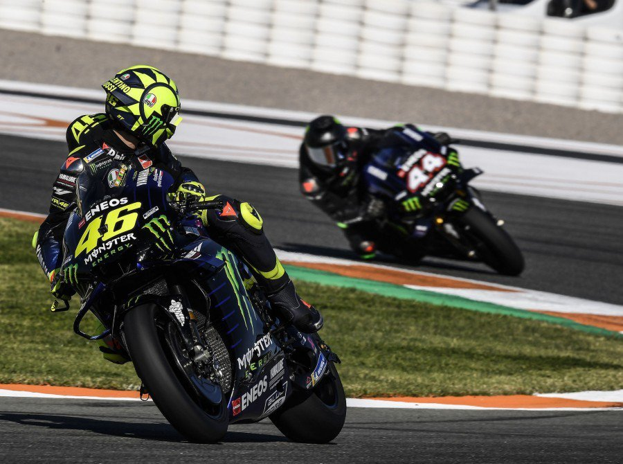 Rossi與Hamilton共同騎乘YAMAHA M1。 圖/Monsteren...