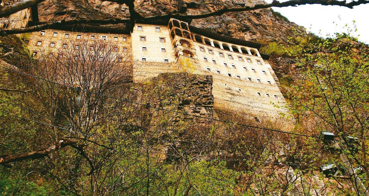 蘇美拉修道院於山壁內建造,看起來像是佇立在峭壁上。  圖/土耳其旅遊dorak提...