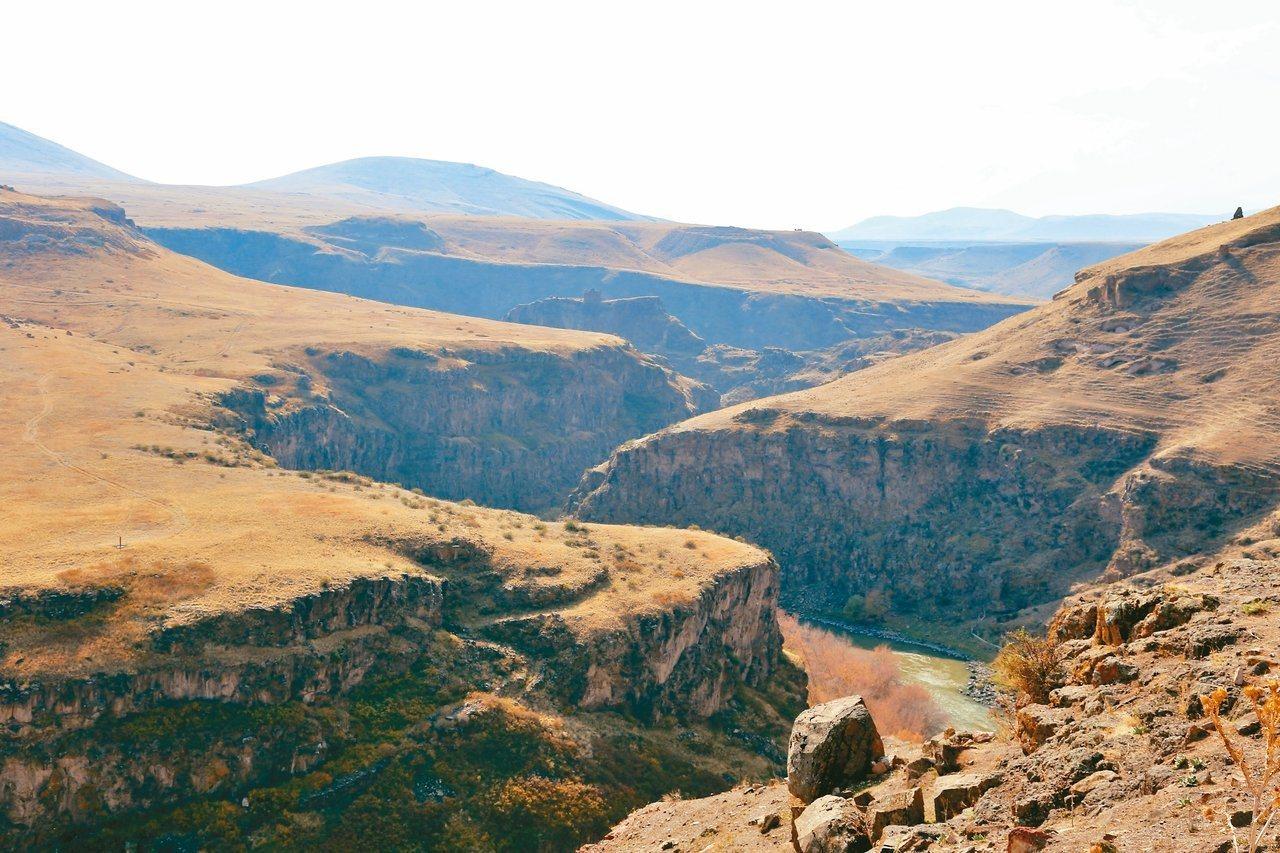 土耳其阿尼古城旁的阿帕查溪,是土耳其與亞美尼亞邊界。  圖/魏妤庭攝影