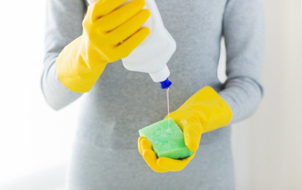 皮膚科醫生蔡逸姍表示沐浴乳或洗碗精加水稀釋,有可能增加細菌或其他微生物含菌量,變...