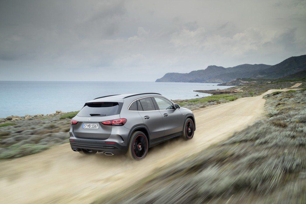 軸距拉長後的第二代Mercedes-Benz GLA,讓車內乘坐空間也變得較為舒...