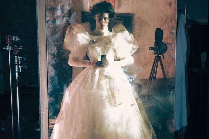 """女演員打扮成""""鬼新娘""""?怪異的白紗形狀甚至感覺自己很可怕"""